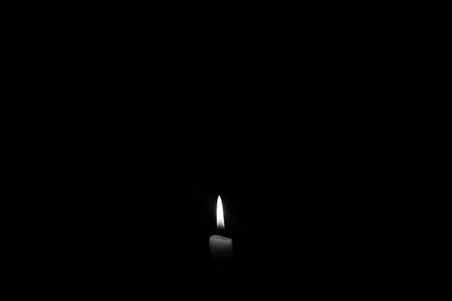 svíčka ve tmě