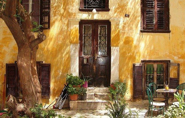 Starý dům se žlutou fasádou
